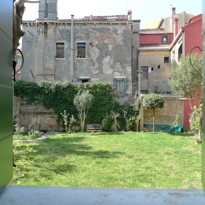 Vista sul giardino adiacente