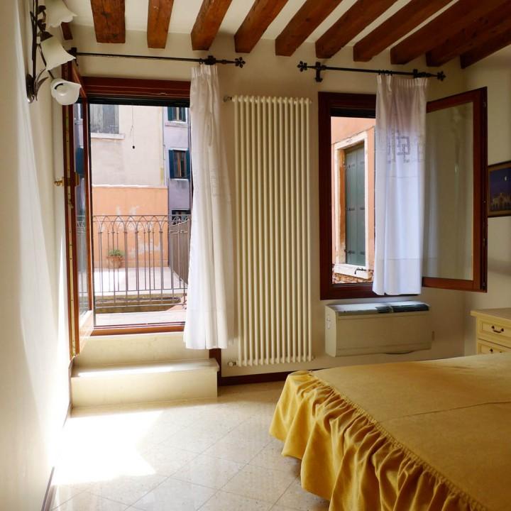 Camera matrimoniale con porta sul terrazzo